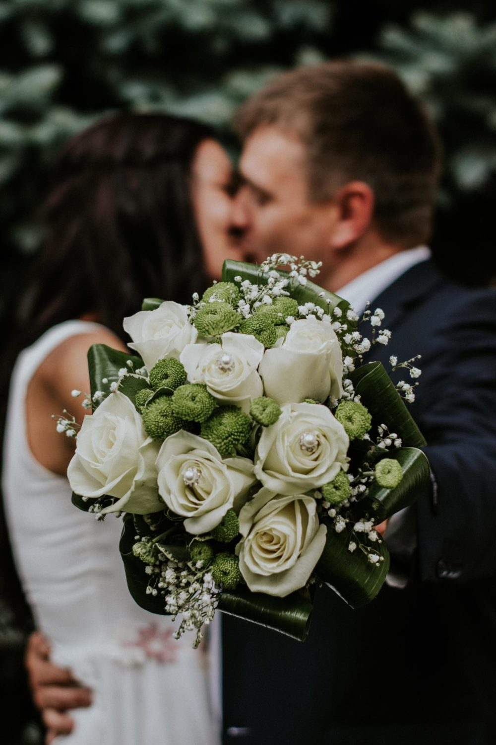 wedding-couple-bouquet